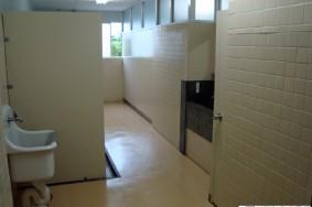 一宮市 N中学校 トイレ  通路階段床長尺シート洗浄