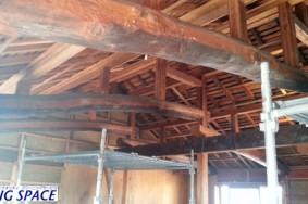 よくある古民家の梁や柱の白木洗いクリーニング施工中!!