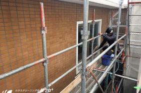 新築マンションの外壁タイル [洗い作業中]